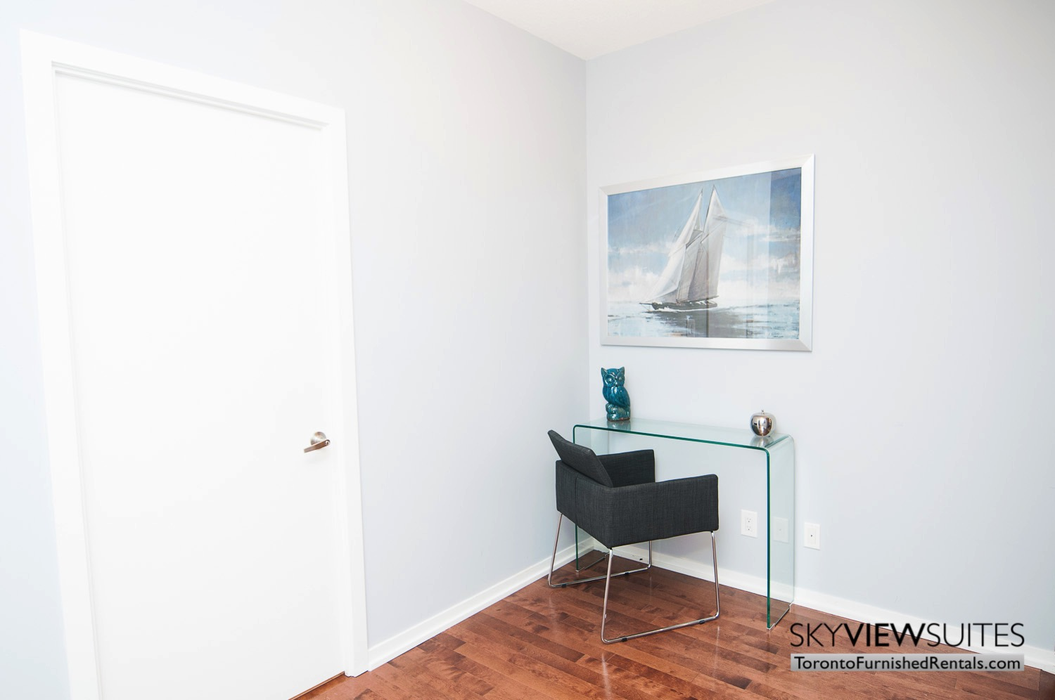 hort-term-rentals-toronto-living-room-maple-leaf-square