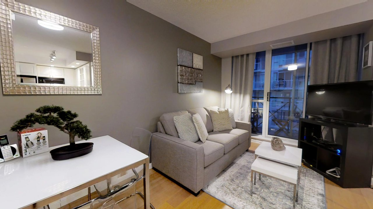 serviced apartments toronto University Plaza living room television
