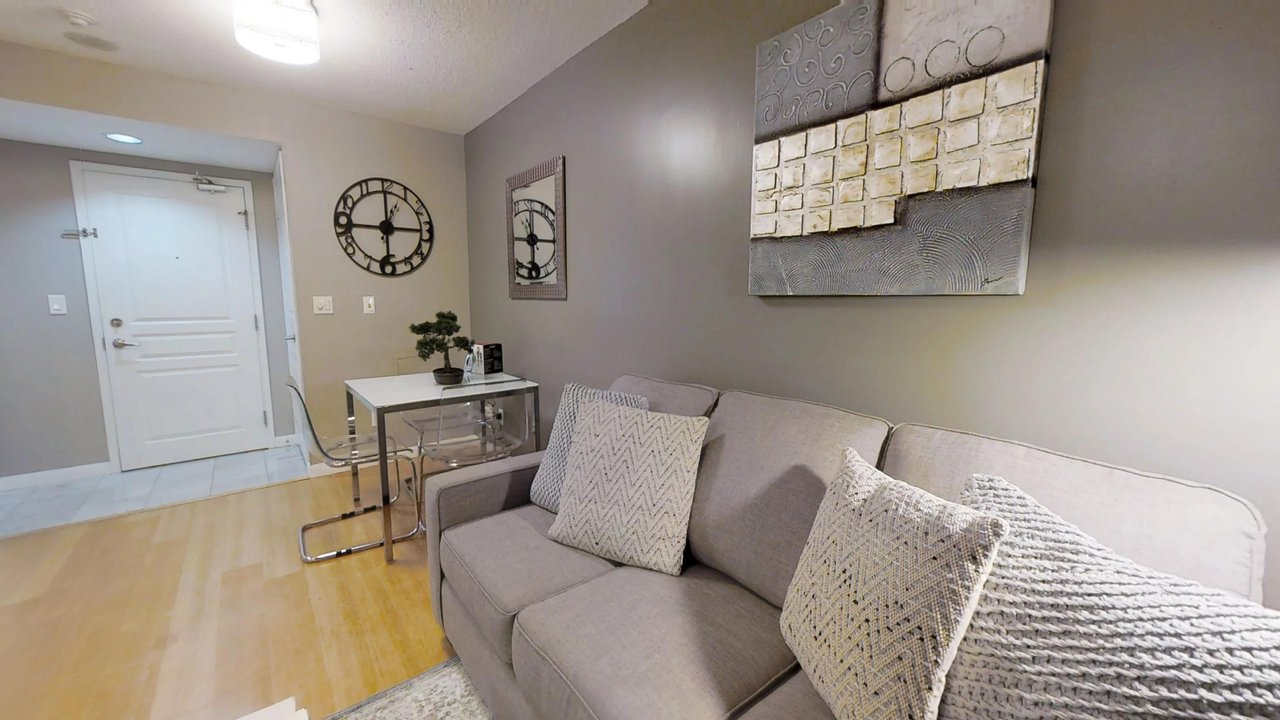serviced apartments toronto University Plaza pull out couch