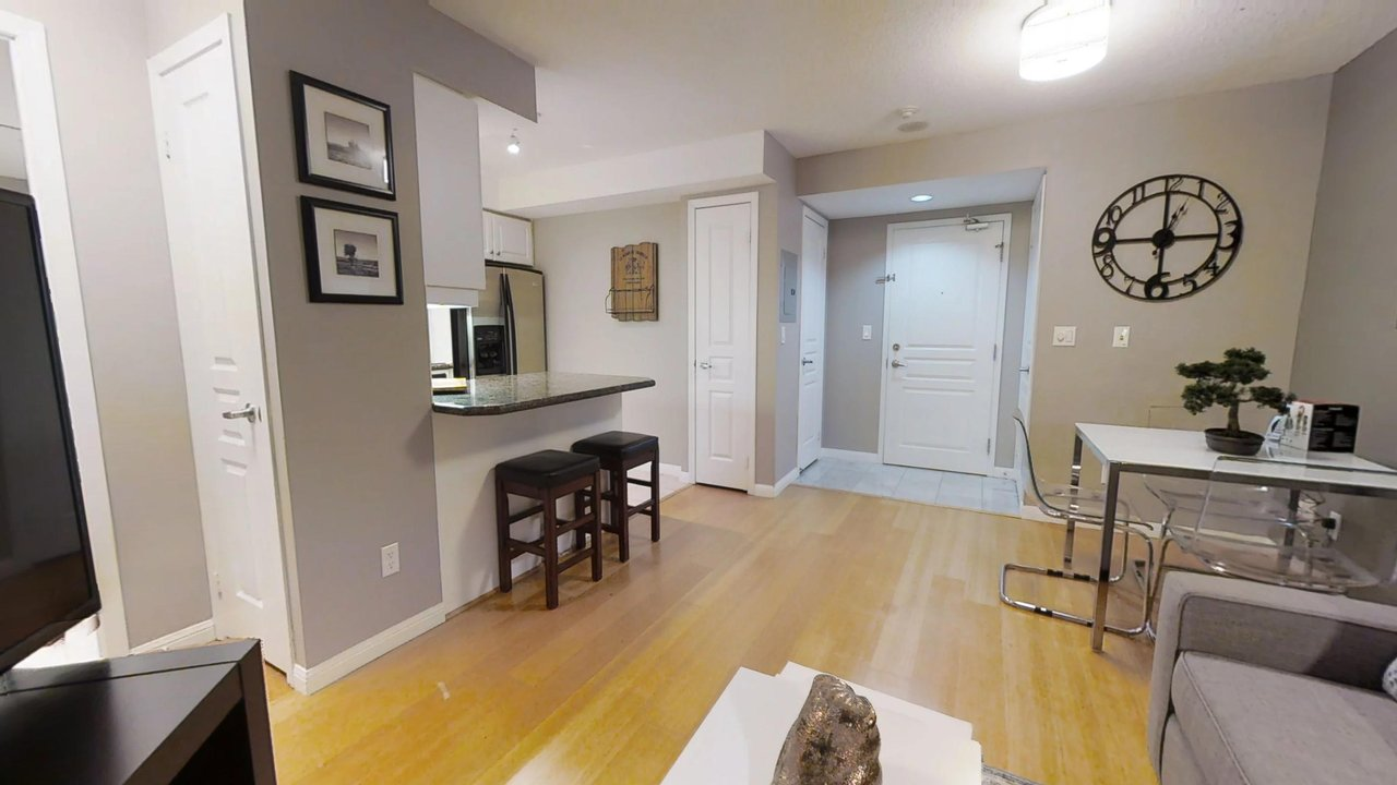 serviced apartments toronto University Plaza living room and kitchen