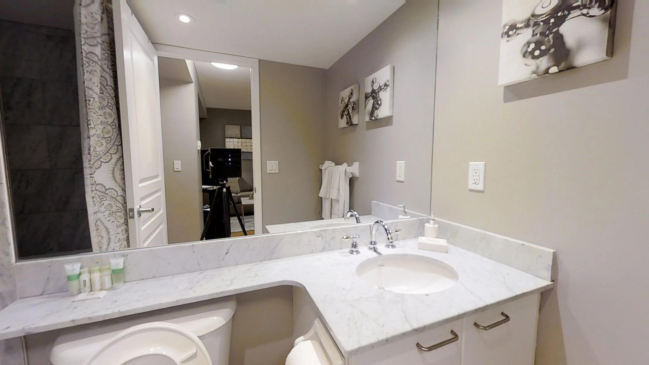 serviced apartments toronto University Plaza bathroom with art