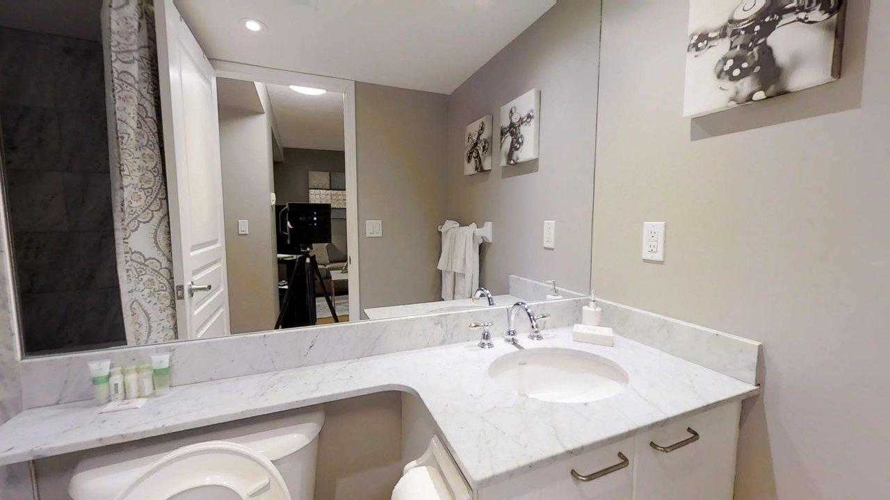 serviced apartments toronto University Plaza bathroom with art