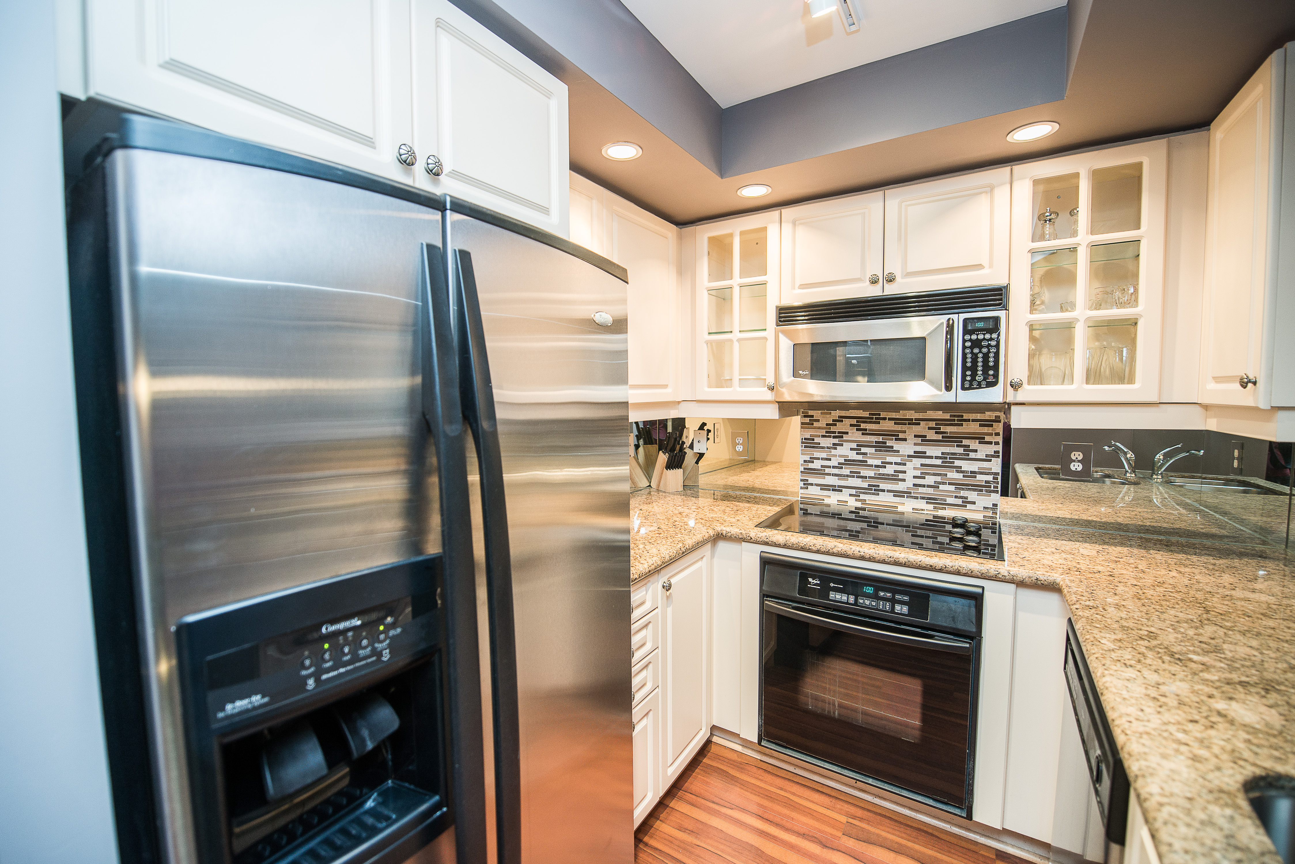 serviced apartments toronto financial district kitchen with fridge and oven