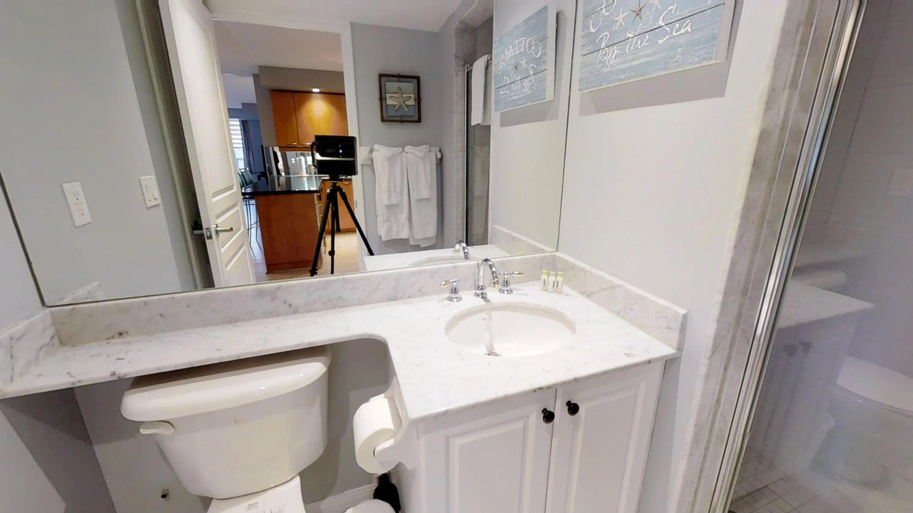 corporate housing toronto university plaza bathroom