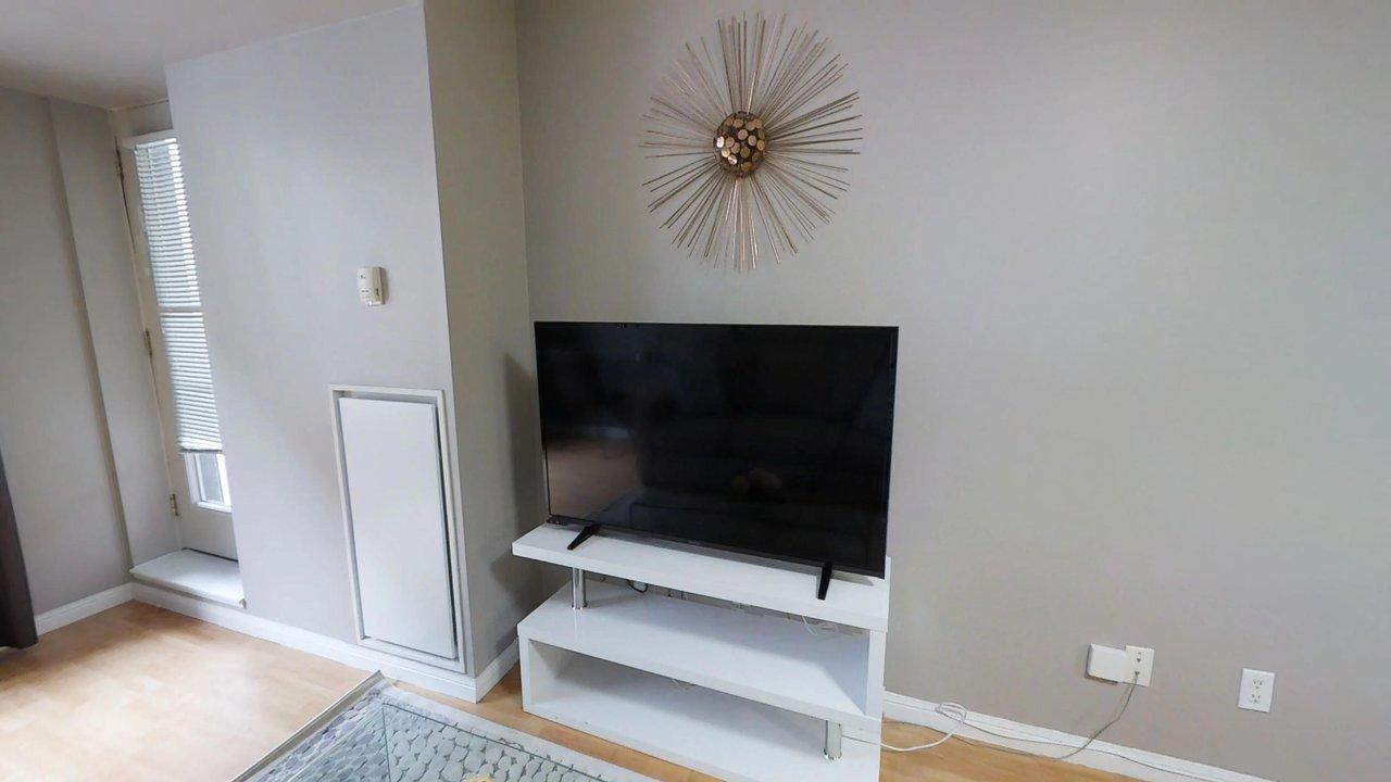 executive rentals toronto university plaza living room television