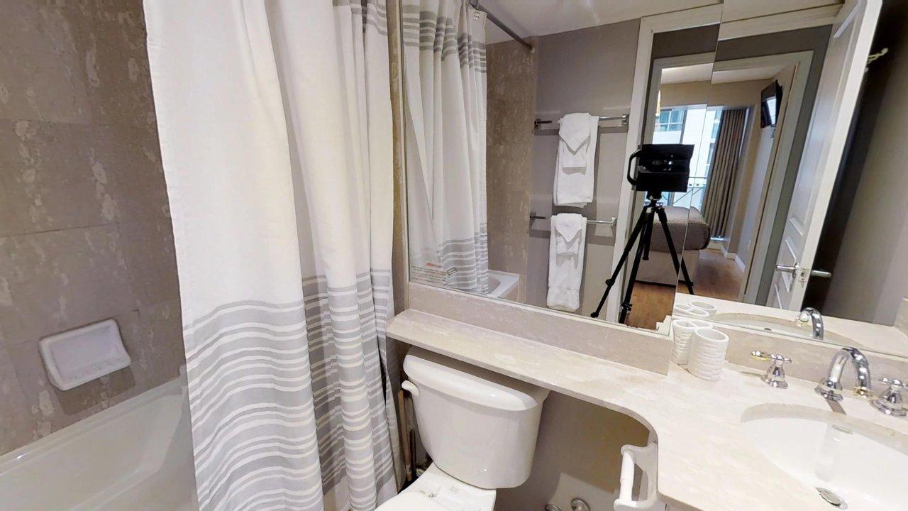 executive rentals toronto university plaza washroom