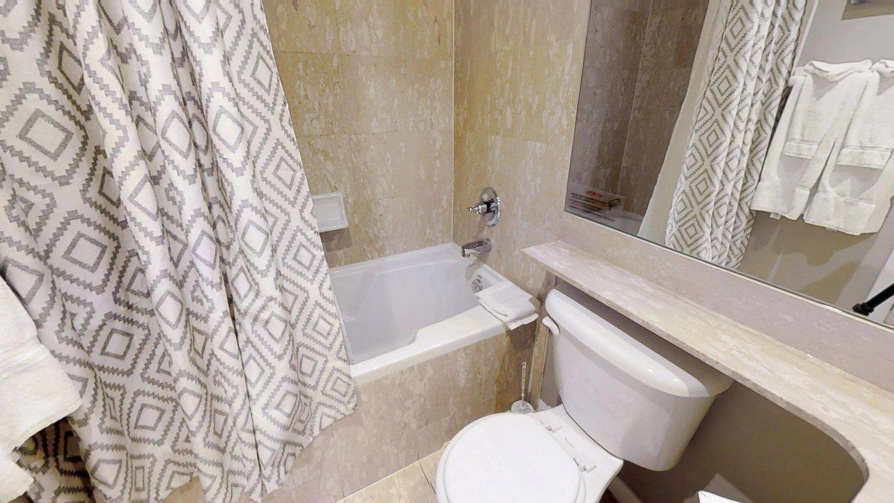 executive rentals toronto university plaza bathroom with tub and toilet
